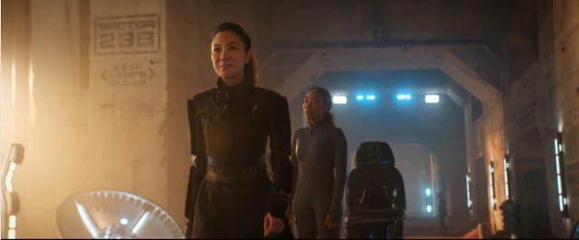 Philippa Georgiou (Michelle Yeoh) e Gabrielle Burnham (Sonja Sohn) in Perpetua Infinità (Immagine cortesia CBS / Netflix)