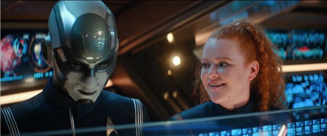 Il tenente comandante Airiam (Hannah Cheesman) e il guardiamarina Sylvia Tilly (Mary Wiseman) in Progetto Dedalo (Immagine cortesia CBS / Netflix)