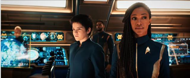 Michael Burnham (Sonequa Martin-Green) e Adira (Blu del Barrio) in Non ti scordar di me (Immagine cortesia CBS / Netflix)