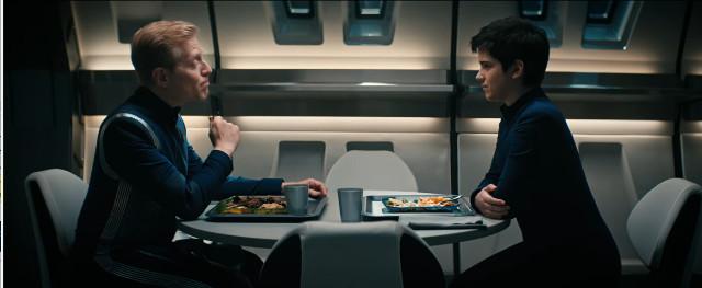 Paul Stamets (Anthony Rapp) e Adira (Blu del Barrio) in Sfruttatori (Immagine cortesia CBS / Netflix)